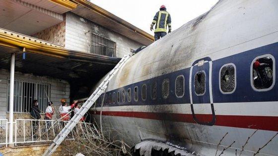 A aeronave despenhou-se e quando chegou ao chão ter-se-á incendiado junto a uma zona residencial em Safadasht, a cerca de 50 quilómetros de Teerão