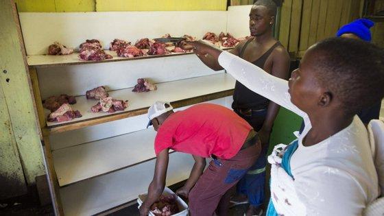 A exceção é para produtos que tenham sido devidamente tratados para a inativação da febre, tais como produtos láteos austerizados, carnes processadas a calor, trofeus, peles e pelos, acrescenta