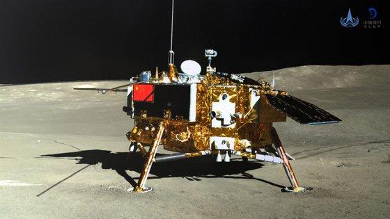 A sonda Chang'e 4, que é o nome da deusa chinesa da Lua, pousou na Lua a 3 de janeiro, levou sementes de algodão, colza, batata, ovos de mosca da fruta e algumas leveduras