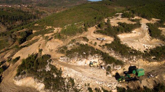 A mina tem uma dimensão de 500 metros por 600 e 150 metros de profundidade