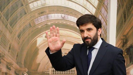 Tiago Brandão Rodrigues anunciou a contratação de mais funcionários quando questionado pelo Bloco de Esquerda sobre a carência de assistentes operacionais nas escolas