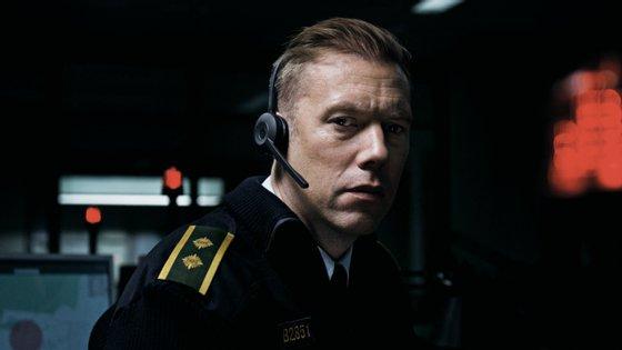 """Jacob Cedergren no cerrado """"thriller"""" dinamarquês """"O Culpado"""", de Gustav Moller, candidato ao Óscar de Melhor Filme Estrangeiro"""