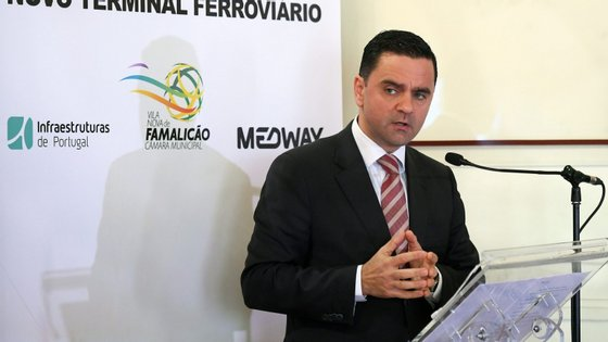 O ministro do Planeamento e das Infraestruturas, Pedro Marques, discursa durante a cerimónia da assinatura do protocolo entre a  Medway, a Câmara Municipal de Vila Nova de Famalicão e a IP - Infraestruturas de Portugal