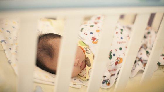 O bebé foi entregue a representantes do Ministério da Família, segundo informação oficial