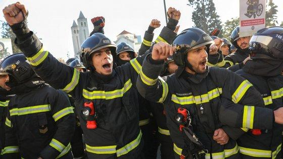 Bombeiros municipais e sapadores realizam um protesto nacional contra a proposta de regulamentação do bombeiro profissional