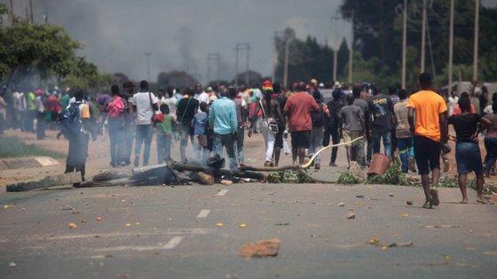 Mais de 240 pessoas foram agredidas e torturadas e 466 foram detidas arbitrariamente na repressão dos protestos no Zimbabué