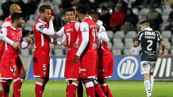 Os jogadores do Sporting de Braga festejam após marcarem um golo contra o CD Nacional durante o jogo da Primeira Liga de futebol, 18.ª jornada