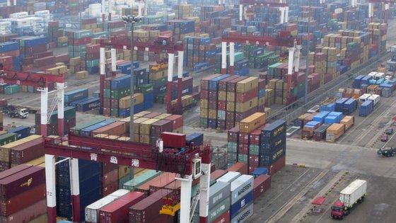 Pequim reduz as restrições no acesso ao crédito e a aumenta a despesa pública