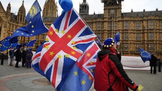 O Governo britânico vai renunciar à taxa de inscrição para que não existam obstáculos financeiros a que qualquer cidadão da UE que deseje permanecer no Reino Unido