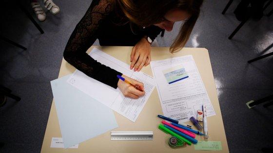 Os percursos diretos de sucesso mostram a percentagem de alunos que obtiveram classificação positiva nos exames das duas disciplinas trienais do 12.º ano, após um percurso sem retenções nos 10.º e 11.º anos.