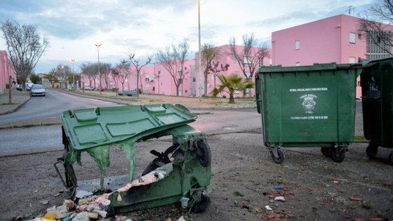 A maioria dos caixotes do lixo e ecopontos foram incendiados em Agualva e Algueirão-Mem Martins, no concelho de Sintra