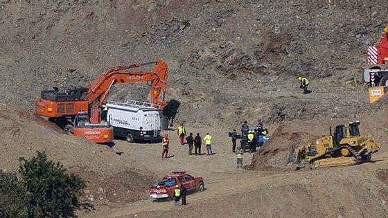 Os mineiros vão descer dois a dois numa cápsula concebida por um elemento da equipa de resgate numa noite sem sono