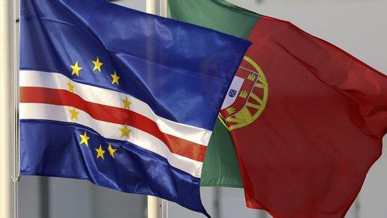 Bandeiras de Cabo Verde e Portugal hasteadas na Cidade da Praia, Cabo Verde