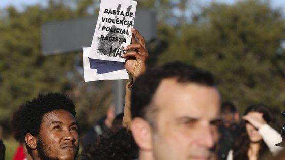"""""""Racismo nunca mais"""" e """"racismo e fascismo não passarão"""" são algumas das palavras de ordem gritadas pelos manifestantes"""