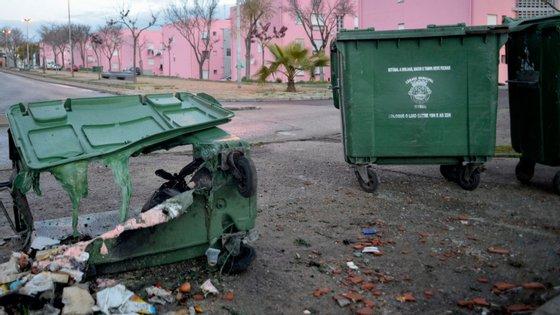 Na semana passada houve vários incidentes do género na região da grande Lisboa. Na fotografia (Bela Vista) houve vários incêndios em caixotes na mesma noite.