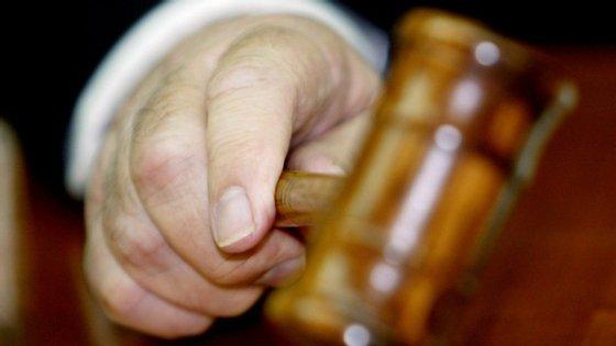 O tribunal condenou também a arguida ao pagamento de uma indemnização cível de 25 mil euros a uma das três filhas da vítima