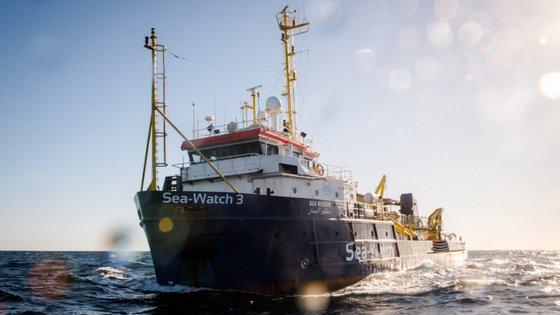 O navio humanitário Sea Watch 3 chegou esta quinta-feira a Catânia, na Sicília