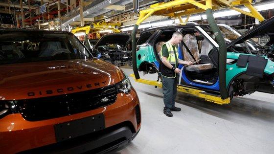 As três fábricas da Jaguar e da Land Rover no Reino Unido vão parar, para já, uma semana a seguir ao Brexit, para normalizar a importação das peças oriundas da Europa de que necessitam para produzir os seus veículos