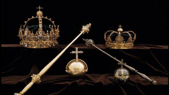 As duas coroas fazem parte do vestuário fúnebre do rei Carlos IX e da sua esposa, a rainha Cristina, e foram roubadas a 31 de julho