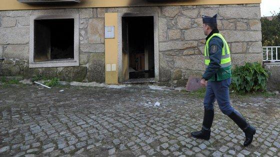 """O fogo foi dado como extinto cerca de uma hora depois, tendo as pessoas """"recebido autorização para verificar o estado das suas habitações"""""""