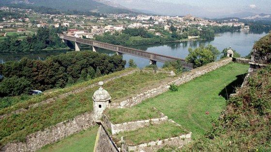 O poço fica entre a estação ferroviária de Valença e a Ponte Internacional