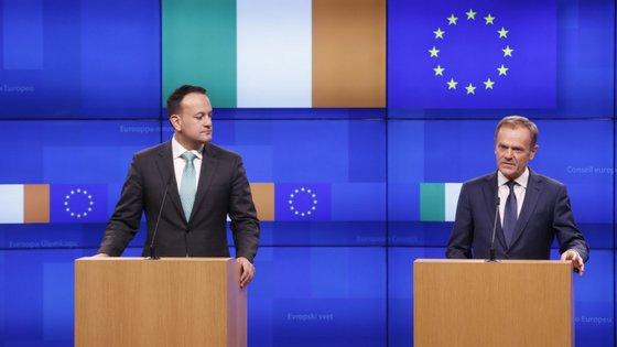 """""""Tenho-me questionado como será o lugar especial no inferno reservado àqueles que promoveram o Brexit"""", disse Donald Tusk (à direita)"""