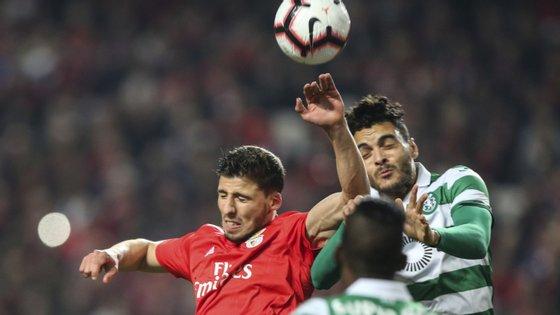 Ilori, aqui a disputar um lance pelo ar com Rúben Dias, teve uma estreia infeliz para mais tarde não recordar