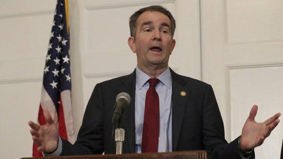 Ralph Northam, governador democrata do estado da Virgínia, admitiu ter aparecido numa fotografia de cara pintada de preto ao lado de uma pessoa vestida como um membro de um grupo racista
