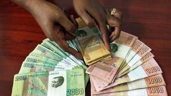 Face ao euro, a moeda angolana transacionava-se esta segunda-feira a 355,572 kwanzas/euro