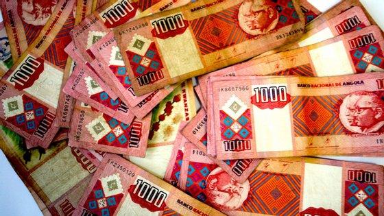 No mercado paralelo, o euro continua a transacionar-se entre os 450 e 470 kwanzas, enquanto o dólar também se mantém entre os 390 e 410 kwanzas
