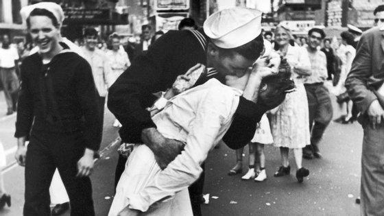 A fotografia a preto e branco em que o antigo marinheiro ficou conhecido foi tirada a 14 de agosto de 1945 porAlfred Eisenstaedt no fim da II Guerra Mundial