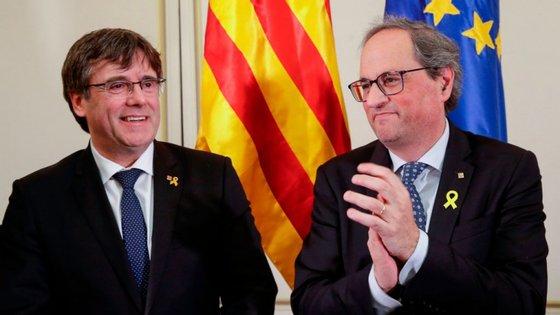 Após ter sido impedido de discursar no Parlamento Europeu, Carles Puigdemont convocou uma conferência de imprensa num hotel Bruxelas, ao lado do presidente do governo regional catalão, Quim Torra