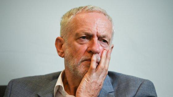 Jeremy Corbyn foi aconselhado pela direção do partido a refletir sobre as saídas.