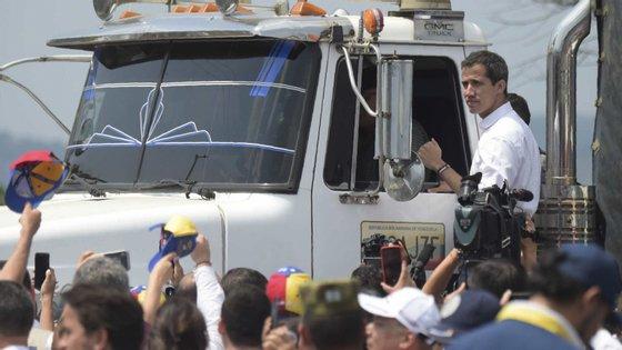 Juan Guaidó continua na Colômbia, para onde passou na sexta-feira