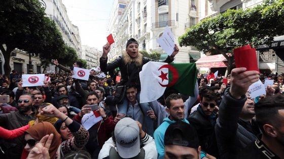 Num país onde as manifestações estão proibidas desde 2001, ocorreram em simultâneo concentrações na metrópole argelina e em diversas cidades do país