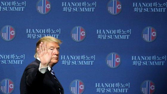 Donald Trump abandona a conferência de imprensa antecipada após a cimeira ser interrompida