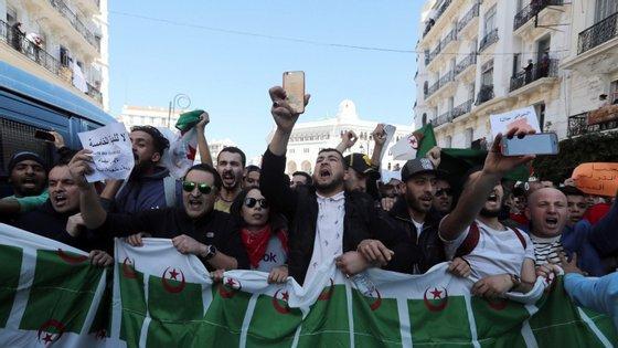 Jovens em protesto em Argel contra a recandidatura de Buteflika