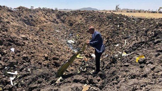 Tewolde GebreMariam, diretor executivo da Ethiopian Airlines, no meio dos destroços resultantes da queda do avião