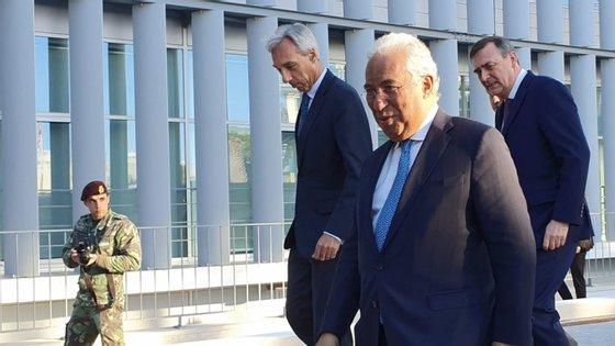 João Cravinho, ministro da Defesa, António Costa, primeiro-ministro, e Kevin Scheid, Diretor-Geral da Agência de Comunicações e Informação da NATO