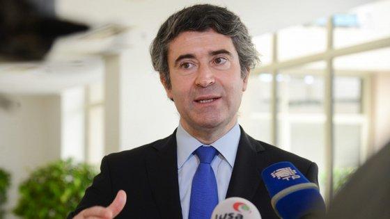 Juntamente com o secretário de Estado das Comunidades Portuguesas estão elementos da Autoridade Nacional de Proteção Civil, do INEM e do Camões — Instituto de Cooperação e da Língua