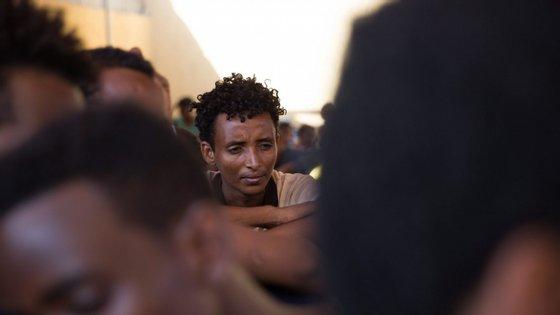 Neste centro existem 300 refugiados, requerentes de asilo e migrantes detidos em Sabaa, incluindo mais de 100 menores de 18 anos