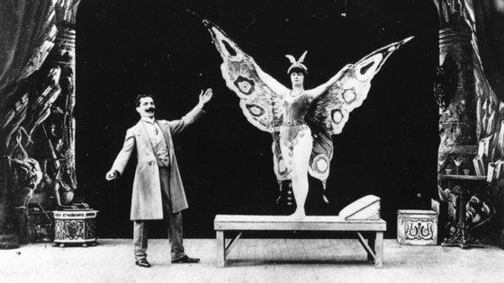 "Georges Méliès (à esquerda) no seu filme ""Le papillon fantastique"", de 1909"