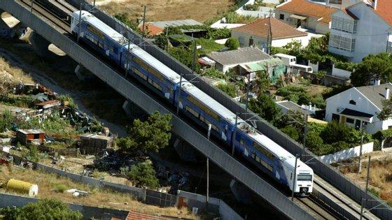 Os comboios da Fertagus fazem a ligação entre as duas margens do Tejo, entre Setúbal e Lisboa