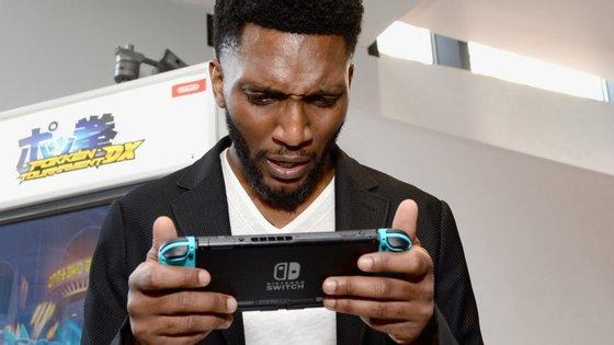 O ator Yusuf Gatewood a jogar com uma Nintendo Switch