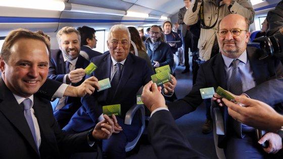 António Costa foi da Ericeira a Setúbal, sempre de transportes públicos e com o passe único no dia em que o titulo entrou em vigor