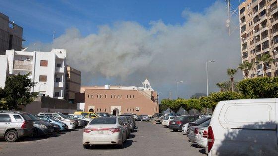 As forças de Khalifa Haftar  lançaram uma ofensiva surpresa contra a capital na quinta-feira e desde então pelo menos 23 pessoas morreram