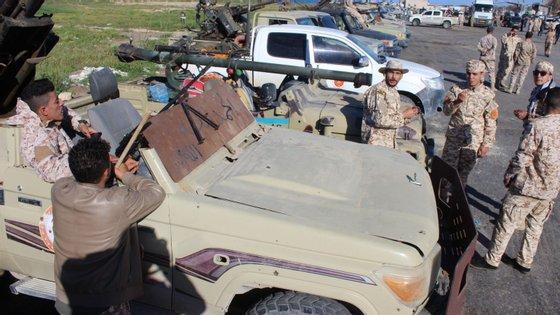Pelo menos 32 pessoas morreram e outras 50 ficaram feridas desde o início da ofensiva do marechal Haftar contra a capital líbia na quinta-feira