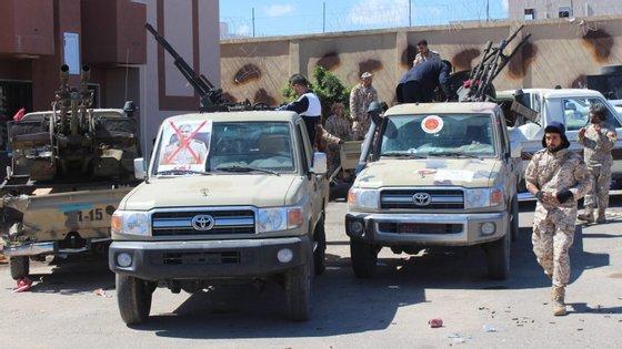 Combates violentos opõem desde 4 de abril as forças do Governo de Unidade Nacional e os combatentes do Exército Nacional Líbio