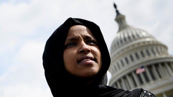 Ilhan Omar é a primeira mulher a usar o hijab no Congresso norte-americano