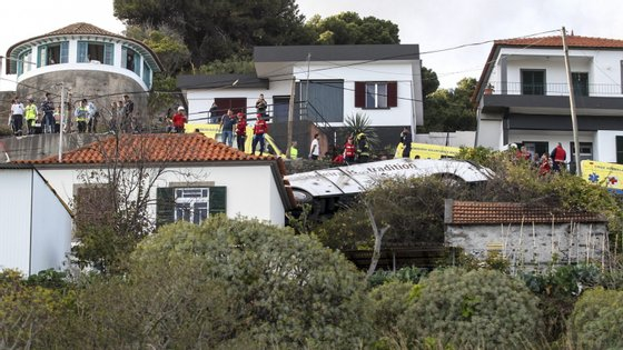 O desastre ocorreu numa curva perto do entroncamento da Estrada da Ponta da Oliveira com a Rua Alberto Teixeira